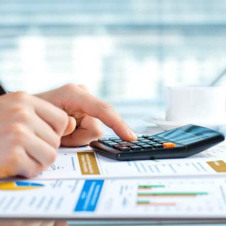 Como a gestão de suprimentos impacta nas receitas e nos custos?